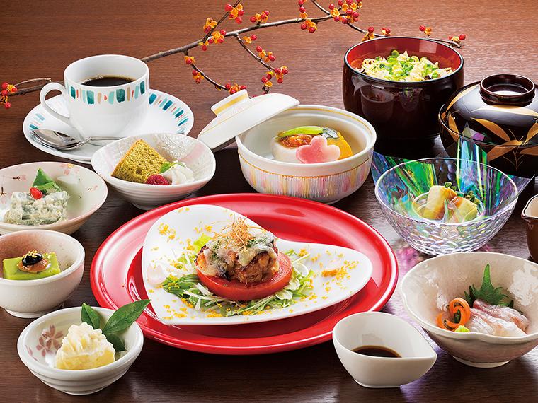 メインと小鉢7品、ご飯などが付く「もも姫御膳」。味ご飯は白ご飯にも変更可。小鉢でたくさんの食材を摂れるのもうれしい。今後、新メニューも増えるそう