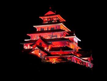 鮮やかなプロジェクションマッピングと森公美子の歌声が、夜の鶴ヶ城を彩る