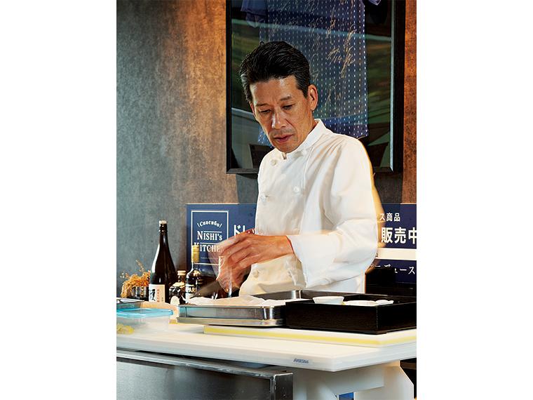 西 芳照(よしてる)さん。1962年、南相馬市生まれ。高校卒業後、上京して和食の修業を積む。1997年Jヴィレッジのレストランに勤務し99年から総料理長に。2004年にサッカー日本代表専属シェフとなりW杯には2006年大会から4大会連続で帯同。現在は広野町「くっちぃーな」と、同店を経営する「DREAM24」代表取締役