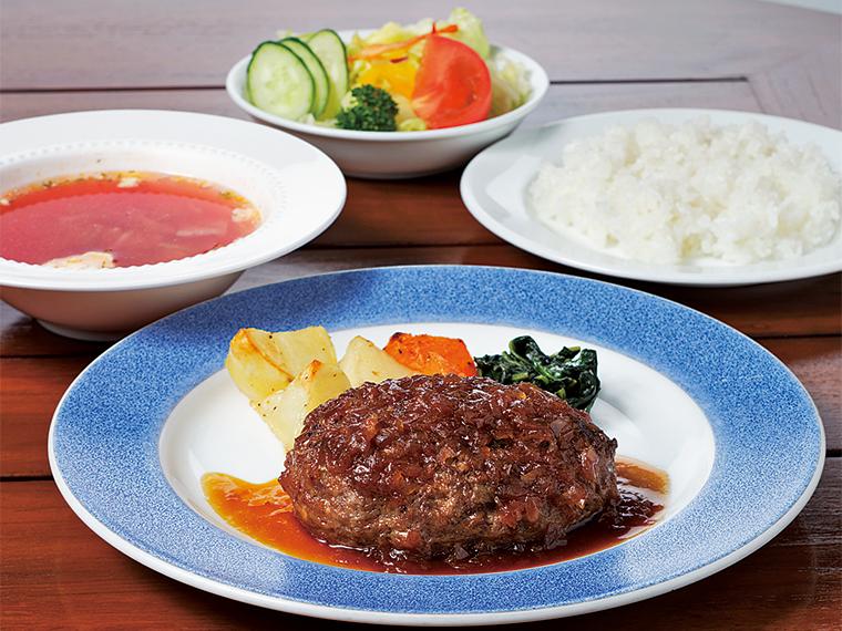 おすすめは「ビーフハンバーグ」(1,620円)。サッカー日本代表の香川真司選手もお気に入りで、170gのボリューム。肉は粗挽きにし、あまりこねず、質感を出している。やわらかく肉汁あふれるハンバーグにはオニオンソースを合わせ、肉のうまみをより引き立てている