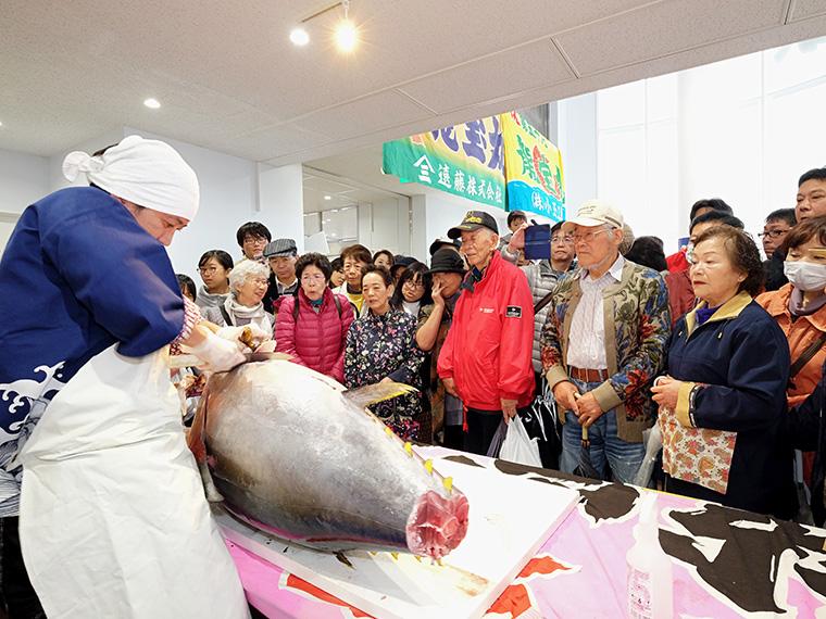 塩竈市魚市場のお祭り!マグロ解体ショーや縁日広場などにぎやかな一日