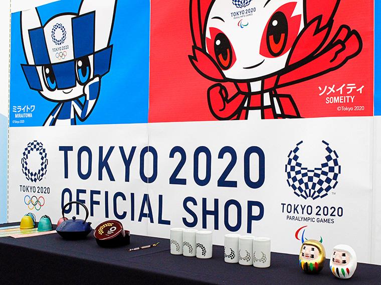 東京 2020 大会マスコット「ミライトワ」「ソメイティ」のパネル前には、伝統工芸品コレクション