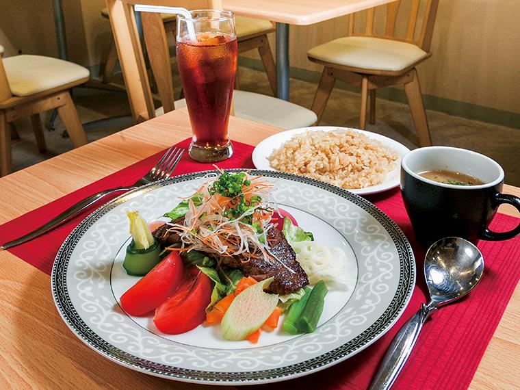 「サラダプレートランチ」(スープ・ドリンク付き・1,296円)。メインは牛肉のステーキのほか、豚肩肉のソテー、魚のソテー、「から揚げチキンのクリーム煮込み」から選べる