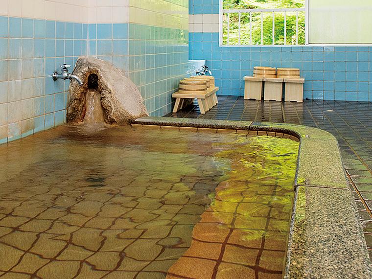離れにある「ラジウム小浴場」。源泉かけ流しで成分を存分に堪能したい方はこちらへ