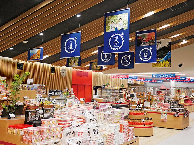 地元食材を使った料理を楽しめる食事処「だて食庵」、オリジナル商品や地元の野菜・果物を買える物販コーナーなど、施設は充実のラインアップ