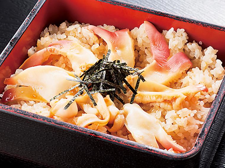 こちらも人気のメニューの一つ「ホッキ飯定食」(1,296円)。やわらかくほのかな甘みのある貝の風味が楽しめる。味噌汁、小鉢、漬け物付き
