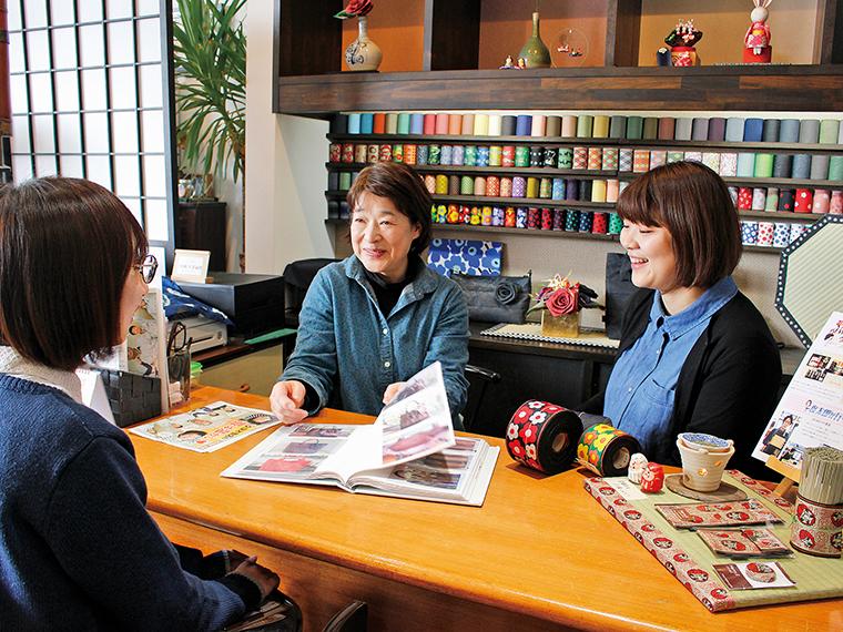 商品は全て、久保木喜恵子さん(左)と家族の皆さんの手作り!娘の彩歌さん(右)とデザインの相談をしつつ、日々制作を行っているそう