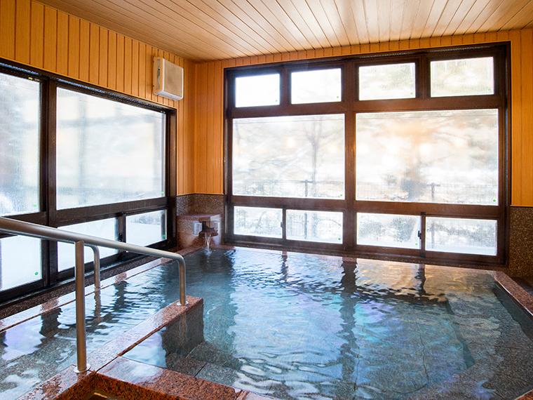広々とした大浴場からは四季折々の景観を楽しめます
