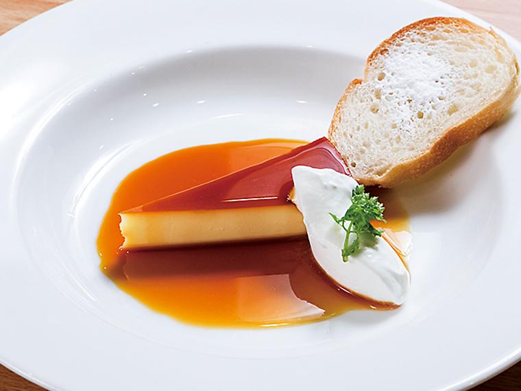 濃厚な卵の味わいがたまらないチーズケーキのようなプリン(単品540円・セット378円)。バゲットにカラメルを絡めていただこう