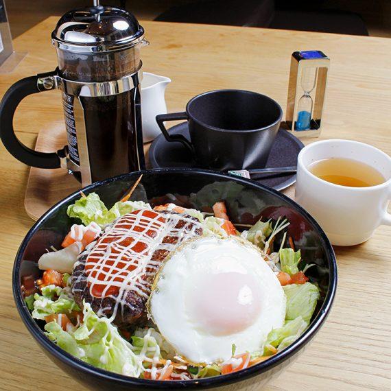 「ロコモコ丼」(890円・税別)。スープ付き。フレンチプレスのポットで提供する香り豊かな深煎りコーヒー「グランパークオリジナルブレンド」(580円・税別)