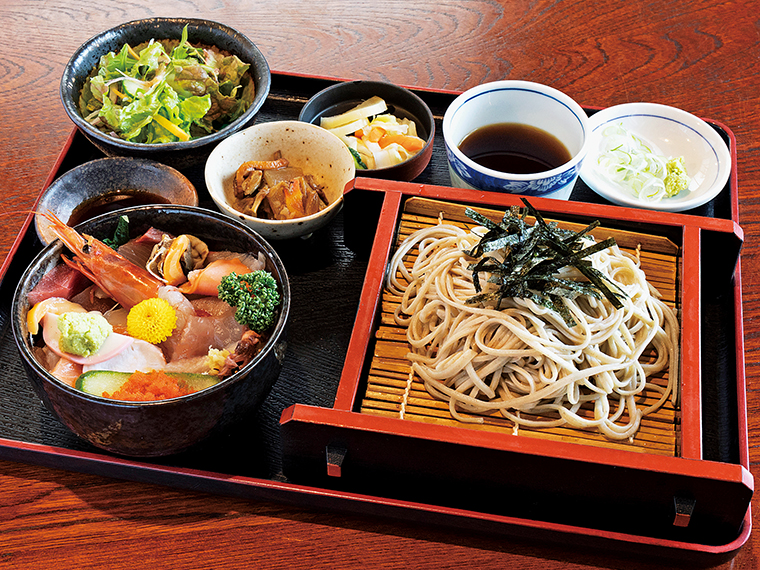 「海鮮丼ランチ」(平日限定。1,180円)は、ざるそばまたはかけそばと豪華な海鮮丼がどちらも味わえると人気。サラダや小鉢も付くお得なセット。平日夜、土・日曜祝日はプラス300円