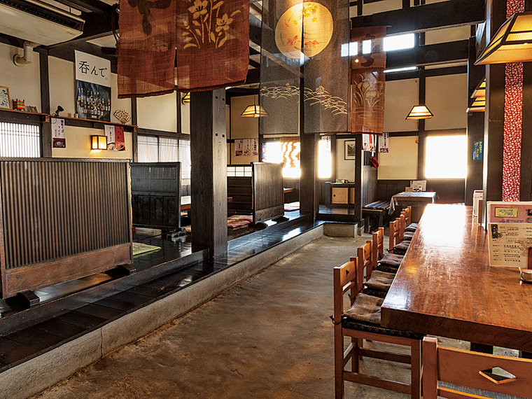 重厚感のある梁や土間空間が印象的な蔵造りの店内。ゆったりとした客席で落ち着いて食事ができる。そばメニューだけでなく、丼ものや一品料理も充実している