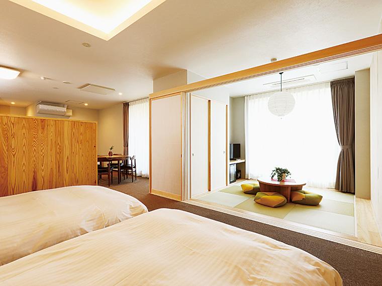 温泉の陶器風呂やルーフバルコニーのある特別室。他にミニドッグラン併設のペット可宿泊客室なども