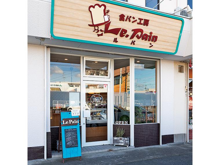 食パンマークの看板が目印。天気が良ければミントブルーのカフェ看板が出ている