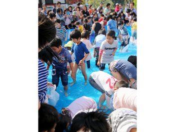 参加無料の「魚つかみ取り」がちびっ子たちに大人気!