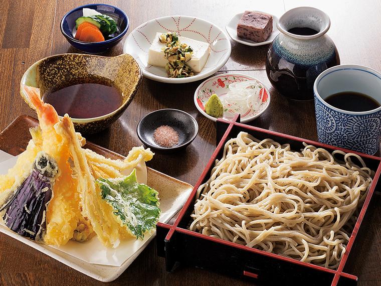 季節の野菜とエビの天ぷらを添えた「えび天せいろ」(1,300円)。揚げたての天ぷらは、天つゆや岩塩で味わう。温かい「えび天そば」(1,300円)も天ぷらは別盛り
