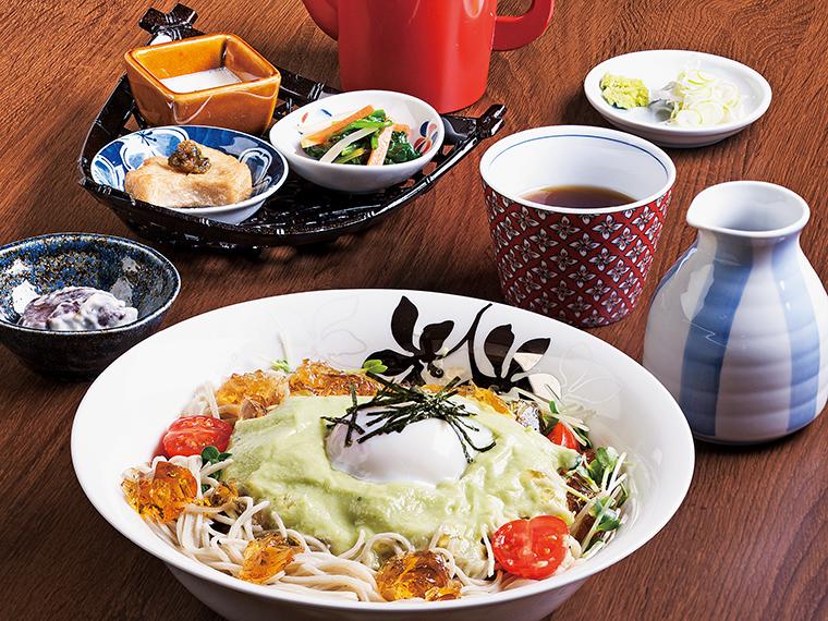 アボカドソースのジュレ蕎麦(1,200 円)。グリー ンのアボカドのソースと、透明感のあるジュレ が涼しげ。そばつゆは多めにかけた方が全体がよく混ざり食べやすい
