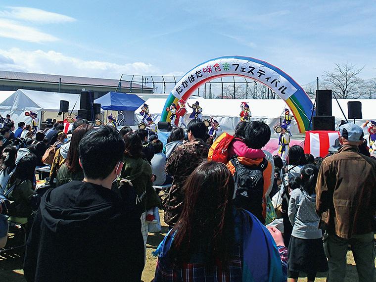 昨年のステージイベントの様子。地元や近県から多くの人が来場する。オープニングアトラクションでは「上杉エイサークラブ」が大迫力のパフォーマンスを披露。今年は9時30分より開演