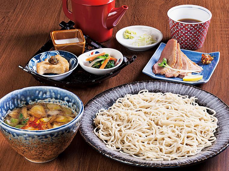 「鴨つけ蕎麦」(並盛り1,300円、大盛り1,450円)は、コクのある温かい鴨つゆのほかに、別盛りで鴨のローストが添えられる。ダシの味わいと肉のうまみで鴨の魅力をたっぷり味わえる。どのメニューにも蕎麦豆腐や揚げ蕎麦がきなどの前菜3品が付く