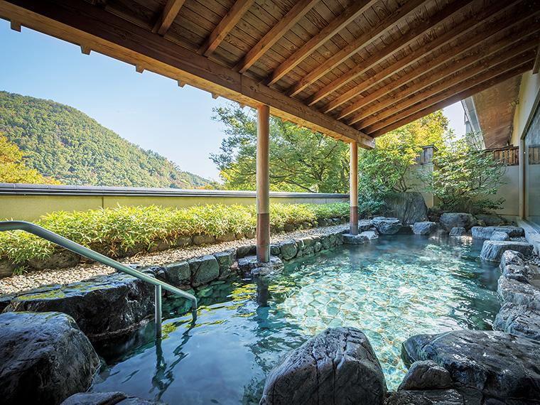 赤川沿いにある源泉から引く肌にやさしい湯が自慢。露天風呂からは山々の景色を楽しめる。摺上川の瀬音に耳を傾け、ゆっくり温まろう