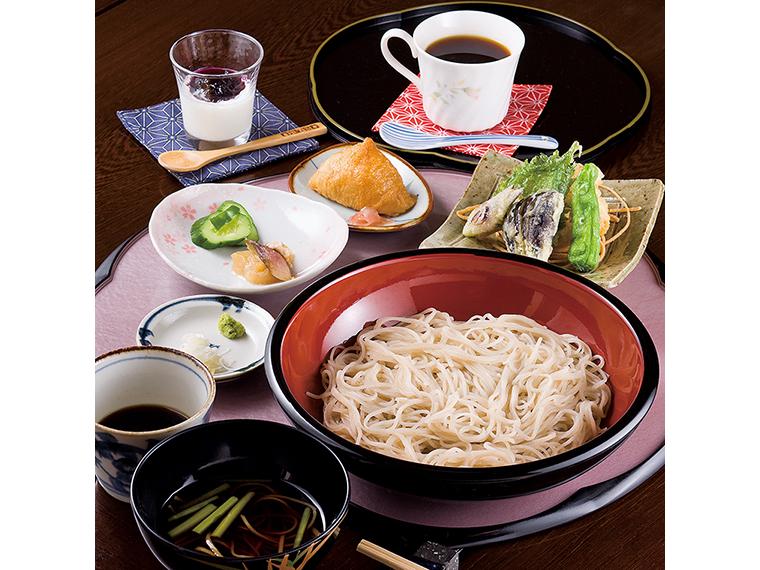 人気の「ランチ」(1,290 円)。お通しにそばが出され、もりそば、いなり、下足と野菜の天ぷら、お新香、自家製デザート、コーヒーが付く