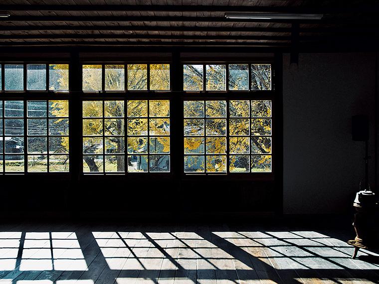 歪みのあるレトロなガラス窓の外には、小高い山々と田畑が広がり、穏やかな時間が流れている