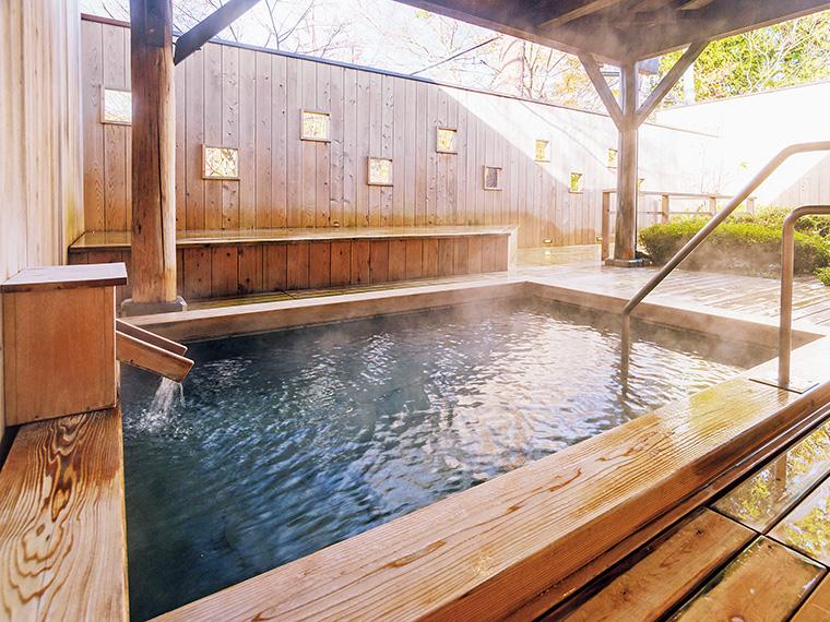 """女湯の露天風呂にはウッドデッキを設置。涼みながら""""美肌の湯""""を満喫しよう。かけ流しだが夏場は温度調整のため加水することも"""
