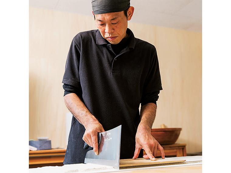 息子の遠藤 篤さん(写真)と、店主で父の貴さんがそばを打つ。親子で「うまいそば」の追求に余念がない