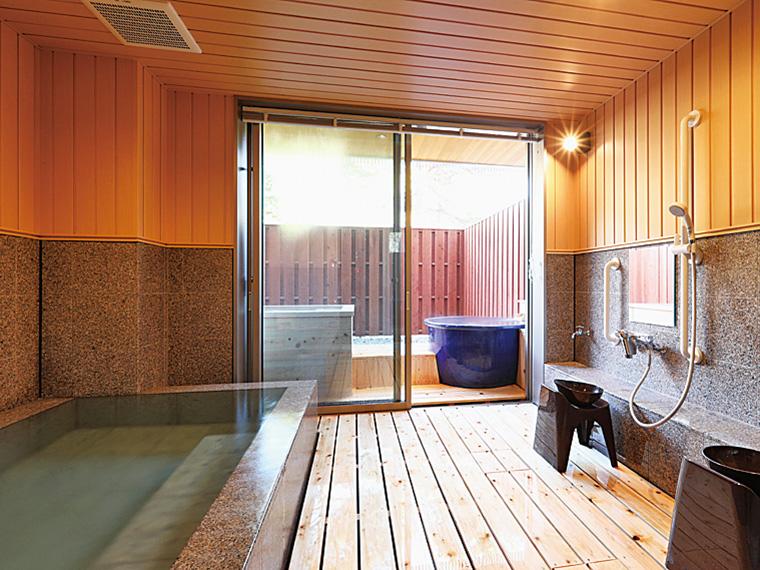 2つの露天風呂と内湯がある木の香り豊かな家族風呂(1時間1,000円・入館料別・要予約)は、日帰り利用可