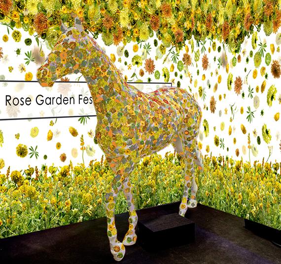 5月26日(日)に行われるインスタレーション制作体験のイメージ。フラワーデザインが施されたシールを来場者が馬のオブジェに貼ることができる
