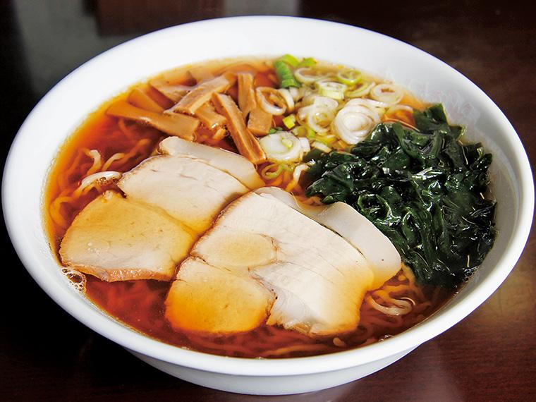 「中華そば」(600円)。スープの旨みが際立つシンプルな一杯。自家製チャーシューは脂の少ない豚モモ肉を使用。麺は細めのちぢれ麺