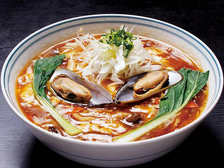 「酸辣湯麺(スアンラータンメン)」(980円)。一般的な酸辣湯麺よりも、辛い。酸味だけでなく、身体中にジーンと染みるような香辛料の辛さに、箸が止まらない!