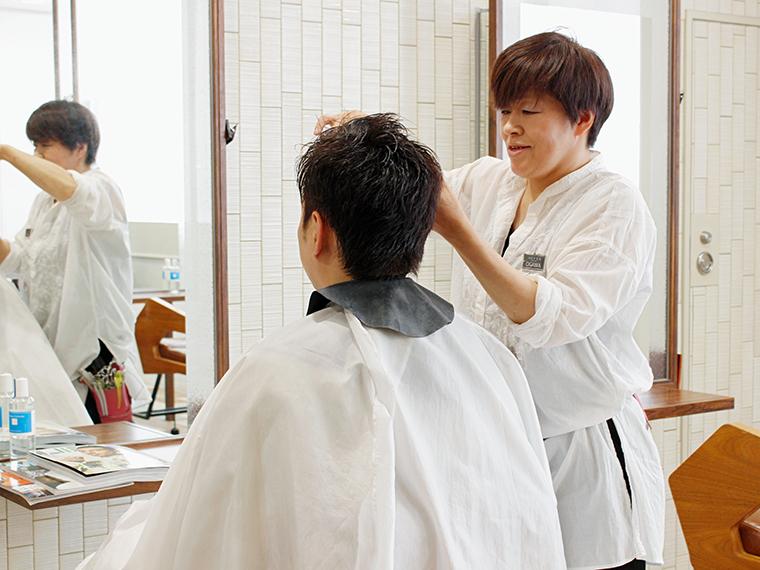 いつもは床屋さんに行き、「とにかく楽な髪型で」とオーダーしている富樫さん。カラーするのは大学以来