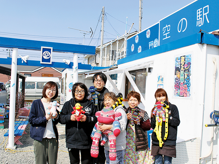 代表の武田さん、新城さん(左から2・3番目)と「おのくん」を製作する皆さんと一緒に