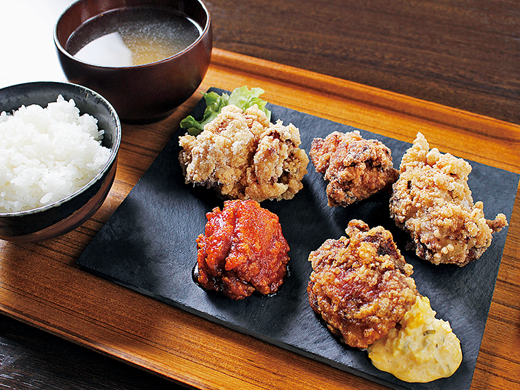特製、みそ、塩、ピリ辛、油淋鶏の5つの味が楽しめる「欲張りからあげ5種盛り定食」(850円)