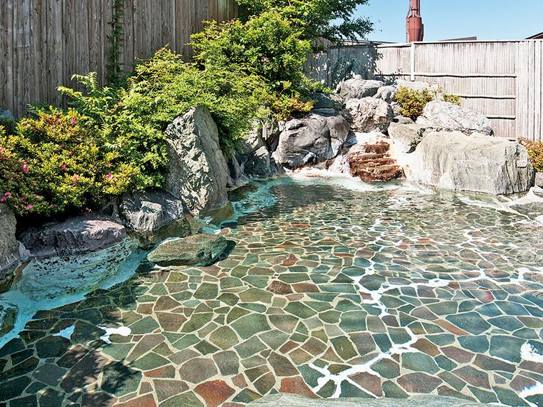 日本庭園をイメージした岩造りの露天風呂