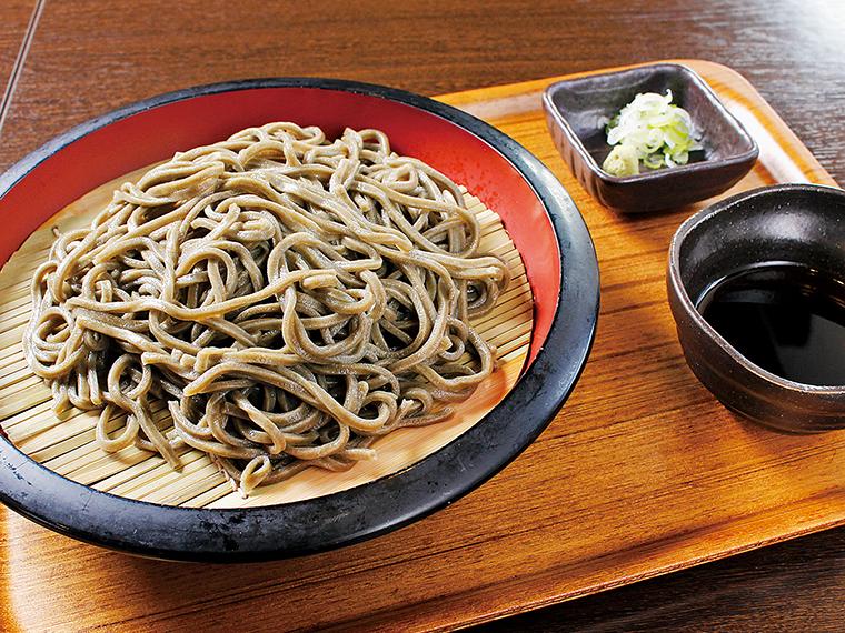 東松島市の特産品である海苔が練り込まれ、磯の香りも楽しめる「のりうどん(冷)」(680円)