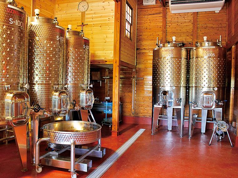 店の奥には醸造所がある。12月頃に醸造をし、手作業で瓶詰めを行っているそう。カウンター横にある階段を昇ると、醸造所を上から見学することができる!※醸造所内の入場は不可