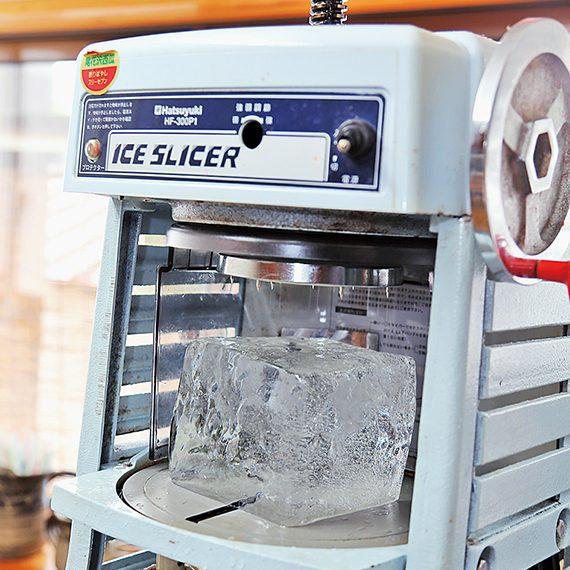 氷は冷凍庫から出して20分ほど置き、氷が透明になってから薄く削っていく