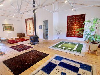 イランの風景や動物を色彩豊かに表現した、美しい絨毯「ギャッベ」の展示会