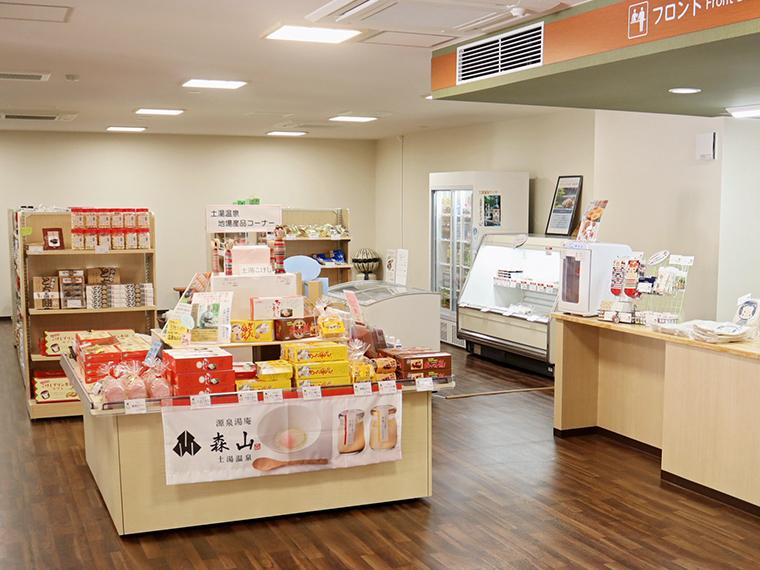 土湯温泉土産などを販売する、1階の地場産品展示販売コーナー
