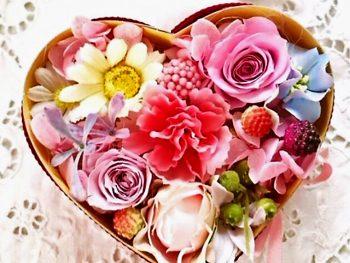 プリザーブドフラワーなど、カラフルな花雑貨が並ぶ