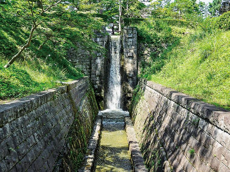 麓山公園内にある「麓山の飛瀑」。緑に映える白い瀑布が涼しげ。国登録有形文化財(写真提供/郡山市)