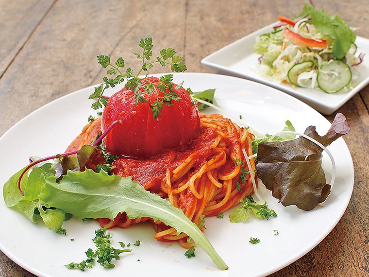 トマトの酸味と甘みを濃縮したトマトソースもたっぷり!「まるごとトマトパスタ」(1,080円)。ドリンク、サラダ付き
