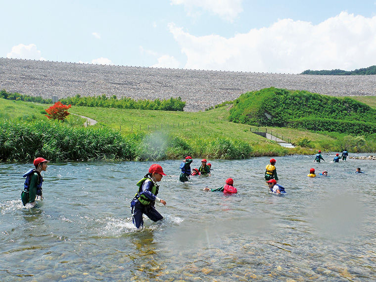福島市のおいしい水道水の水源地だけあり、水が澄んでいてとてもキレイ。ダムの絶景と水の音が心地いい