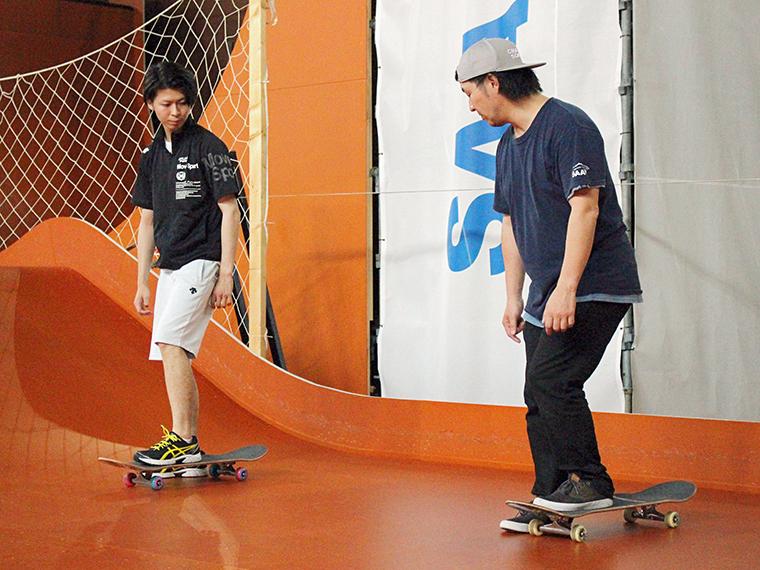 床はスケートボード用の特別な素材でできています。激しい動きをすることを考えて、丈夫で滑りやすく作られているのだそう