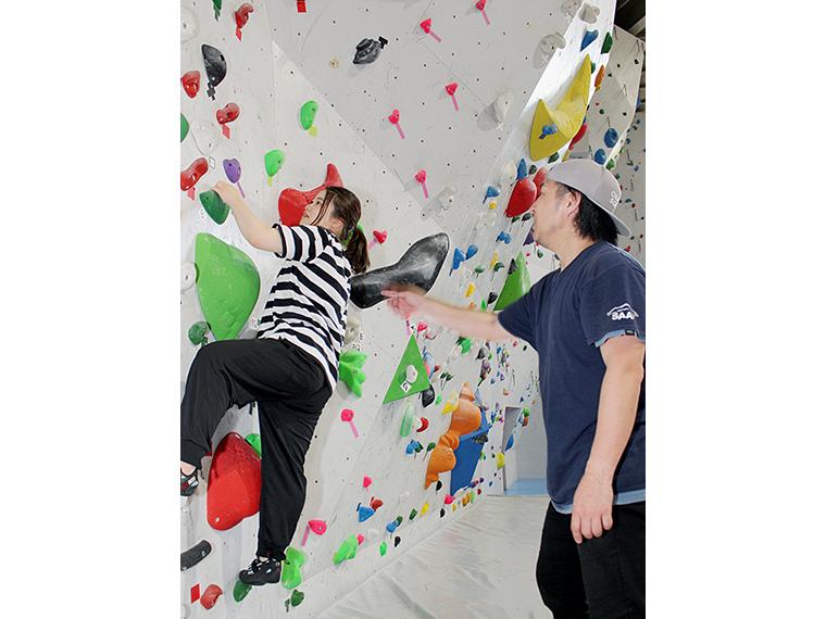 スポーツクライミングは筋肉だけでなく頭を使うスポーツ。今回、初挑戦のいっそんは、ホールド(登る際手で掴む突起物のこと)を一つ飛ばして登ろうとしますが…そうすると次が辛い!