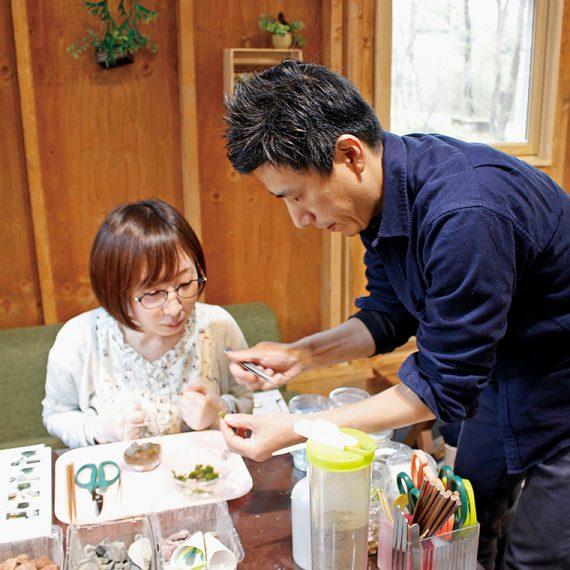 「苔テラリウム作り」(1,800円)に挑戦!店長の荒井さんに作り方を教わり中