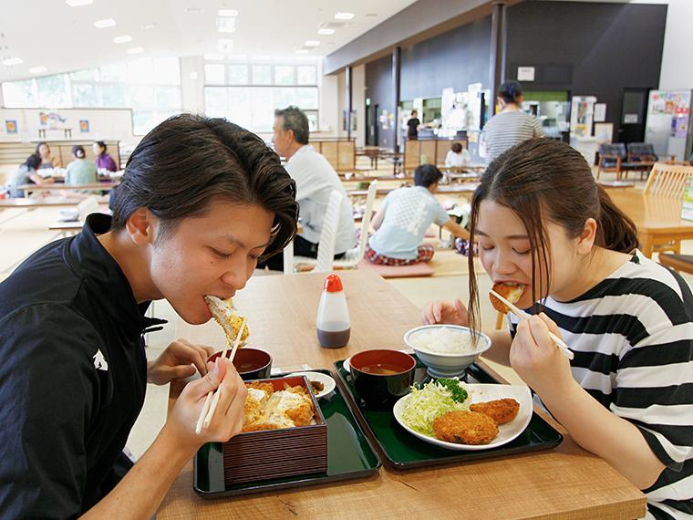 「コロッキュー&れもんコロッケ定食」は600円、「煮込みかつ重」は700円。「コロッキュー」「れもんコロッケ」は持ち帰りも可能(各1個160円)