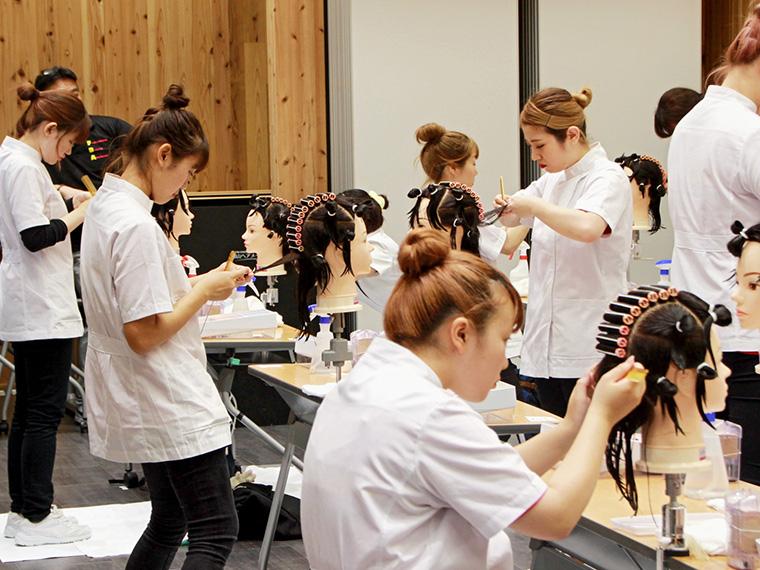 美容科の実習風景。オープンスクールでは、実際に学んでいる先輩たちが学校生活などについて丁寧に教えてくれる